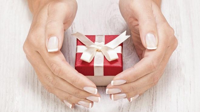 151217_jl_gift_guide-hosting-thumb.jpg;w=960